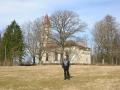 Mācītājs Uldis Gailītis pie Lutriņu baznīcas