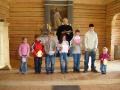Mācītāja pienākumu izpildītāja Agrita Staško ar draudzes mazākajiem locekļiem