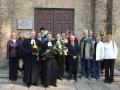 A. Āboliņš pēc mācītāja amata krusta saņemšanas pie baznīcas kopā ar Viesītes ev. lut. draudzes padomi