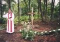 Prāvests L. Rozentāls, iesvētot krustu vecās koka baznīcas vietā